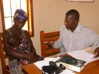 Moeder en kind op consult bij de homeopaat