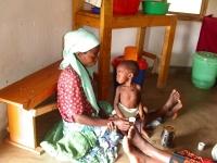 Een van de ondervoede kinderen die wordt behandeld bij het Eva Demaya