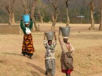 Meestal zijn het de vrouwen die het water halen