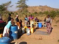 Veel mensen in de omgeving maken gebruik van deze watervoorziening