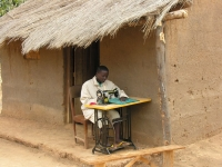 Met de naaimachine die ze na de opleiding krijgen, kunnen ze direct aan de slag