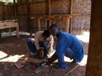 Handige en veelbelovende jonge mannen volgen de opleiding tot timmerman