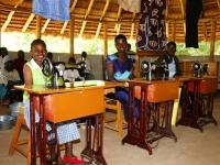 De trotse kleermaaksters in bezit van het diploma Business training