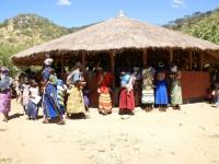 Moeders arriveren met hun kinderen bij de Under Five kliniek