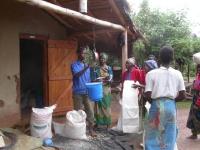 De weegschaal is een onmisbaar hulpmiddel bij de voedseldistributie