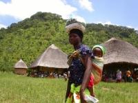 Een sterke vrouw gaat met voedsel voor haar kind naar huis