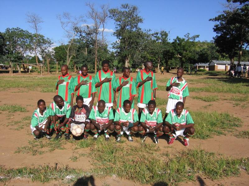 Het Eva Demaya voetbal team in VELO-tenue