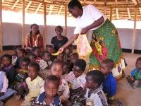 De kinderen krijgen fruit uitgereikt voor de broodnodige vitaminen