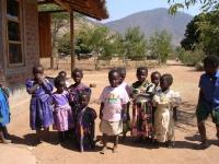 Kinderen op het plein voor de kleuterschool